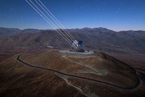 Umelecké zobrazenie adaptívnej optiky ELT, ktorá má za úlohu odtrániť zhoršenie kvality obrazu kvôli zemskej atmosfére.
