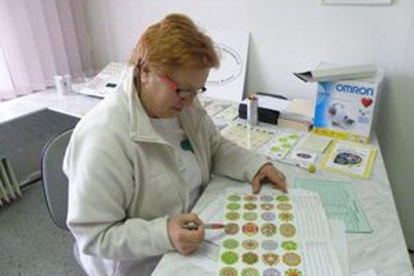 Daniela Hlušková pripravuje materiály pre návštevníkov poradne zdravia počas dňa otvorených dverí.