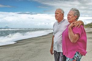 Gus Hutt s manželkou na pláži Malata, kde Hutt zachránil život dieťaťu.