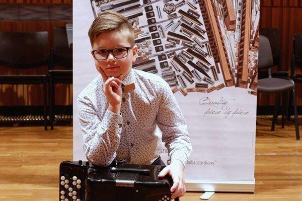 Talentovaný akordeonista Peter Sokol.