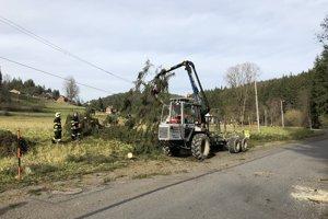 V  dôsledku nárazového vetra vyvrátilo na cestu III/2022 smerujúcu do Vyšného Kelčova stromy.