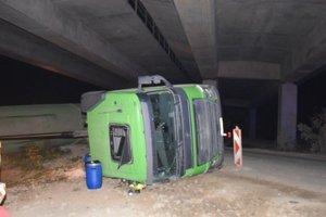 Vodič nákladiaka nesklopil príves, skončil s ťažkými zraneniami.