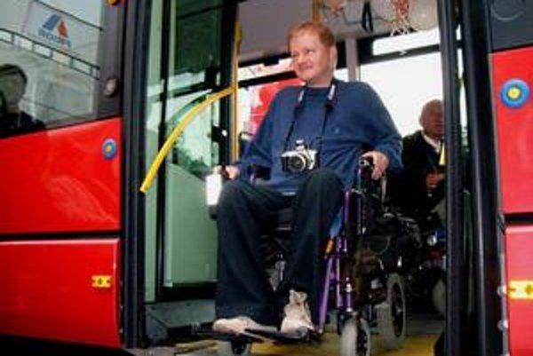 Vozičkári v Považskej Bystrici sa v roku 2006 tešili z bezbariérových autobusov.
