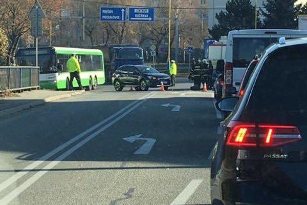 Dopravná nehoda na križovatke Národnej triedy.