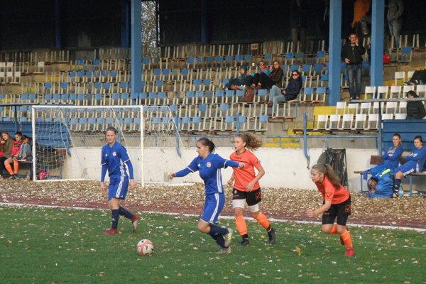 Hráčky FC Union (v oranžovom) zohrali proti lídrovi našej najvyššej súťaže dôstojné pohárové stretnutie.