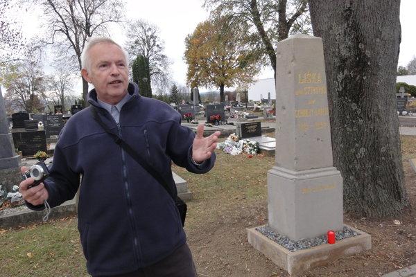 Jaroslav Kubinský pri pomníku Amálie Sirotkovej.