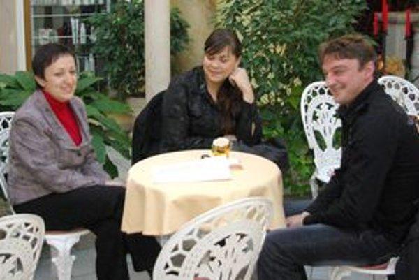 Ľudmila (v strede) prišla s manželom a Dankou Matušovou.