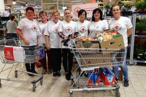 Dobrovoľníci Slovenského Červeného kríža, Územného spolku Čadca počas celého dňa oslovovali kupujúcich.