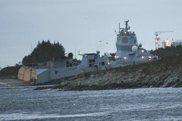 Loď nórskeho námorníctva KNM Helge Ingstad je naklonená a podľa odhadov hasičov jej hrozí potopenie.