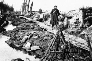 Vojakom pomáhal aj provizórny drevený chodník cez blato.