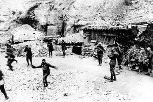 Americkí vojaci reagujú na plynový útok pri Verdune.