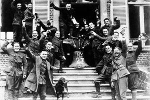 Americkí vojaci oslavujú koniec I. svetovej vojny.