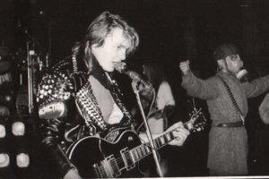 Erik Wittner a v pozadí koncertný maskot Gagasu.