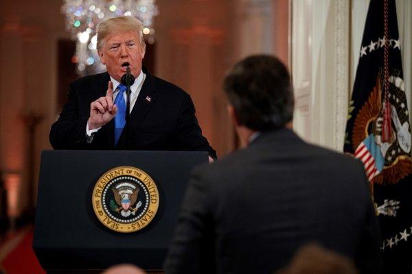 Prezident Donald Trump odpovedá na otázky od novinára CNN Jima Acostu.