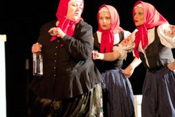Členky Dubničky si v hre niekoľkokrát zaspievali a pri ich vystúpeniach sa diváci dobre bavili.