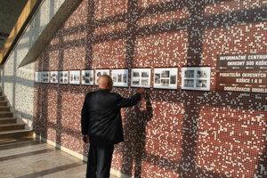 Na prízemní pri vstupe do budovy košických súdov je výstava fotografií, mapujúca výstavbu na prelome 70. a 80. rokov.