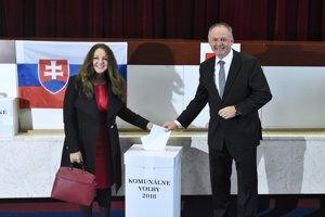 Prezident Kiska odvolil s manželkou.