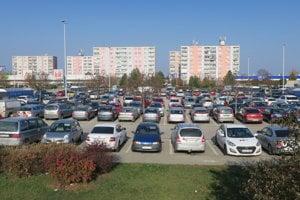 Dopoludnie pred nemenovaným nákupným centrom v Piešťanoch.