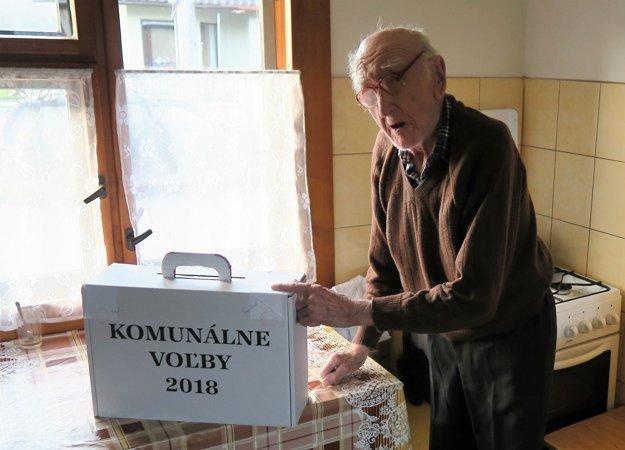 Ondrej Krúpa z Žaškova má 98 rokov, no o voľby sa zaujíma.