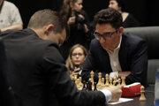 achový svetový šampión, nórsky obhajca Magnus Carlsen (vľavo) a jeho vyzývateľ Američan Fabiano Caruana.