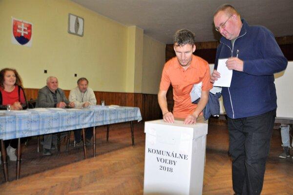 Nevidiaci Marek Kubačka, slovenský paralympijský reprezentant, si otvor v urne musel nájsť rukami.
