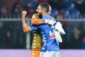Raul Albiol (vpravo) oslavuje víťazstvo s brankárom Davidom Ospinom.