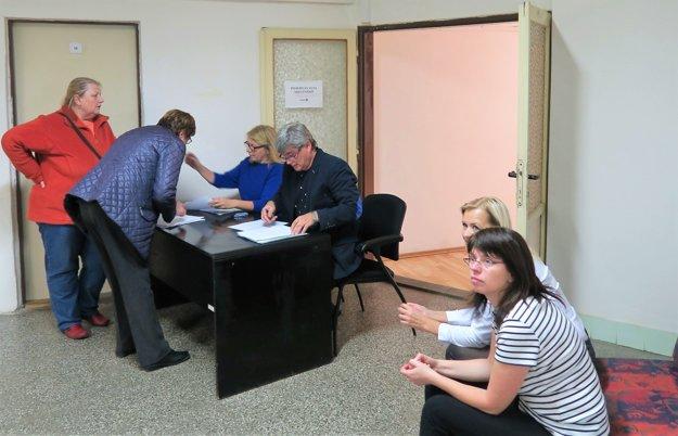 Na okresnej komisii v Dolnom Kubíne do polnoci prijali šesť z 24 zápisníc tohto okresu.