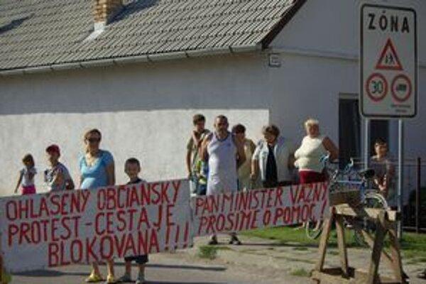 Bolešovčania protestovali proti prejazdu áut na skládku aj takýmto spôsobom.