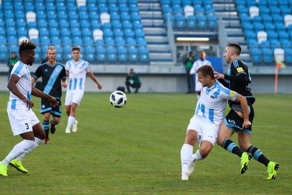 Domáci stopér Križan div že nevyzliekol trenky útočníkovi hostí Šporarovi. Aj také bolo derby.