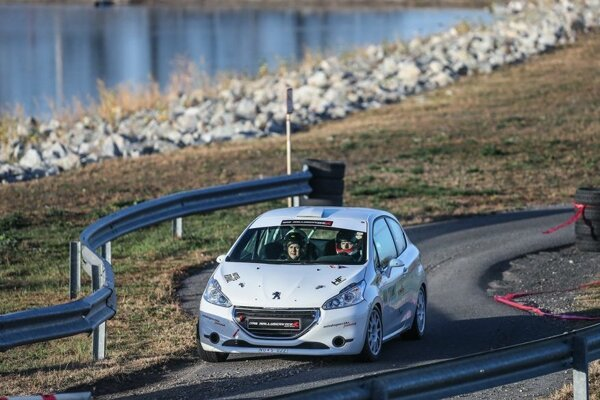 Martin Hlavna so spolujazdcom pretekali na Peugeote 208.