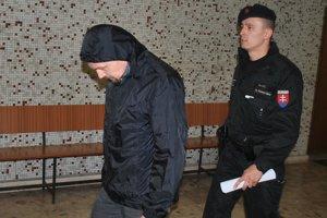 Súd rozhodol, eskorta odvádza Poliaka do väzby.