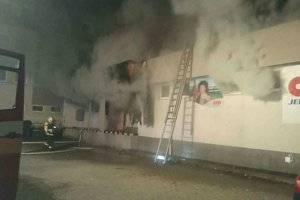 Požiar zasiahol celý sklad predajne.