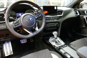 """ProCeed GT bude poháňať rovnaký 1,6-litrový motor T-GDi, ako používa nový Ceed GT. Ide o najsilnejší motor v ponuke s výkonom 204 koní a krútiacim momentom 265 Nm. V nových modeloch ProCeed GT a Ceed GT sa po prvý raz predstaví sedemstupňová dvojspojková prevodovka automobilky Kia,"""" doplnil Bačé."""