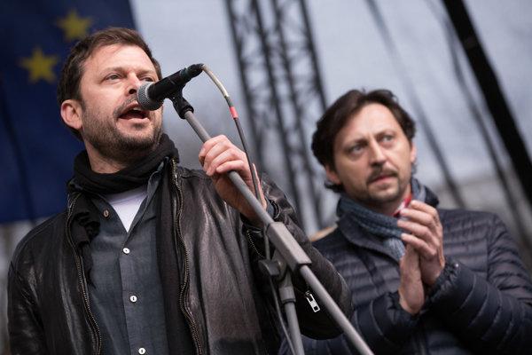 Herci Alexander Bárta a Lukáš Latinák v príhovore na Námestí SNP v Bratislave počas zhromaždenia organizovaného v súvislosti s vývojom spoločenskej situácie po vražde novinára Jána Kuciaka a jeho snúbenice Martiny Kušnírovej.