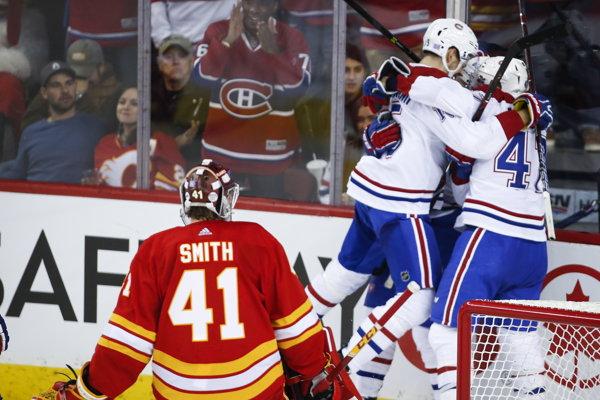 Hráči Montreal Canadiens sa tešia z gólu do bránky Calgary Flames.