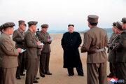 ,Na test dohliadal aj vodca krajiny Kim Čong-un. Išlo o jeho prvú známu inšpekciu týkajúcu sa testu dôležitej zbrane od skúšky medzikontinentálnej rakety v novembri 2017.