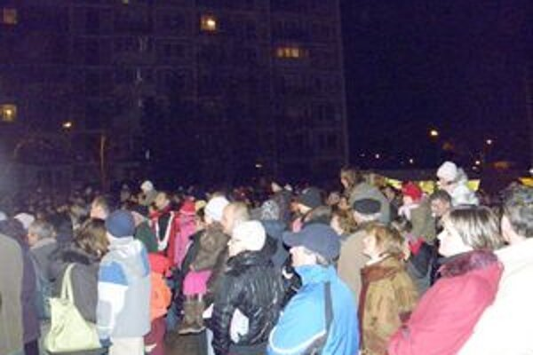 Zapaľovanie sviečok na megavenci je vždy za veľkej účasti Dubničanov. FOTO: AUTOR
