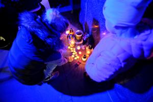 Účastníci stretnutia v Žiari zapaľovali sviečky pod tabuľou venovanou Kuciakovi a Kušnírovej.