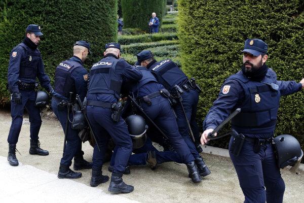 Španielska polícia zasahovala počas spomienkovej akcie.