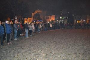 Na protestný míting kotlebovcov v predvečer volieb prišlo niekoľko desiatok ľudí.
