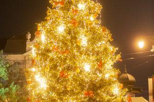 Vianočný stromček na Hviezdoslavovom námestí už svieti.