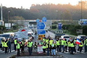 Blokády ciest, križovatiek i diaľnic a protestné zhromaždenia proti zvyšovaniu cien pohonných látok a znižovaniu životnej úrovne pokračujú vo Francúzsku aj v stredu. Ide o v poradí už piaty deň protestov.
