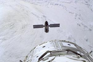 Pohľad z raketoplánu endeavour, ktorý sa približuje k prvému modulu ISS Zaria. Zaria tvorí spolu s modulom Zvezda kľúčovú časť ruského segmentu stanice.