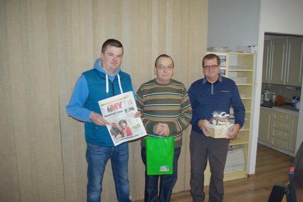 Odovzdali sme ceny víťazom vašej tipovacej ligy. Zľava: Pavel Puškár, Milan Mažgút aJán Piták.