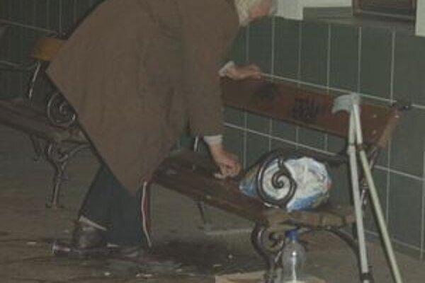 Na peróne lavičky zostali. Niektorí bezdomovci sa presunuli sem, iní sedia dnu na zemi pri radiátoroch.
