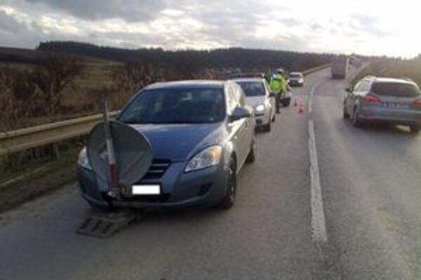 Vodič s viac ako tri promile alkoholu vôbec nezaregistroval, že má značku zakliesnenú v prednej časti auta.
