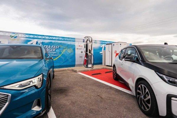 Ultrarýchle nabíjanie pre elektromobily na R1.