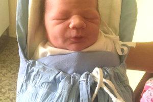 MATEJ Švirik z Veľkých Kozmáloviec prišiel na svet 16. októbra rodičom Lucii a Radoslavovi Švirikovcom. Chlapček po narodení meral 51 cm a vážil 3,6 kg. Na bračeka čaká doma 2-ročná Monika.