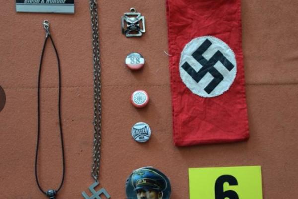 Pri domovej prehliadke u muža našli rôzne predmety s nacistickou symbolikou.