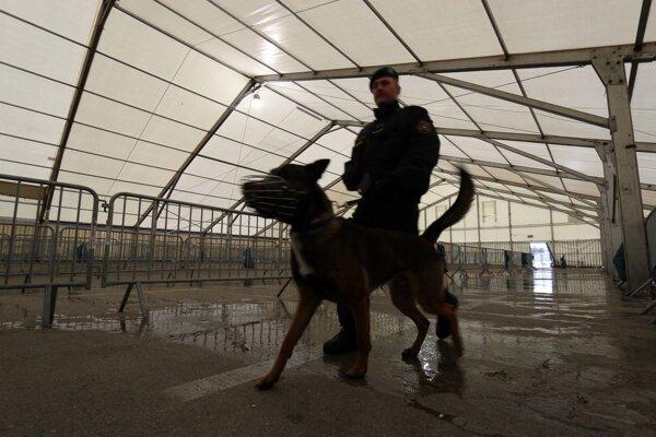 Policajt na rakúsko-slovinskej hranici.